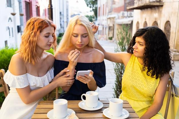 Vista frontale di belle ragazze al ristorante