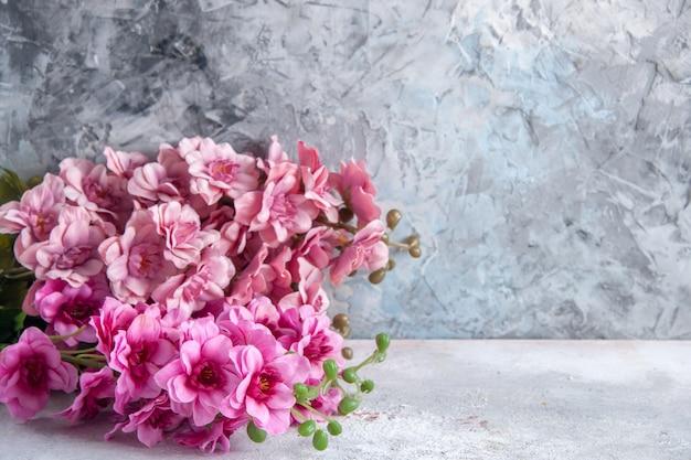 正面図白い表面に美しいピンクの花