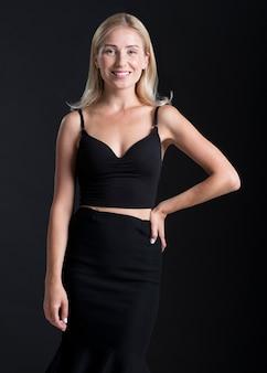 Vista frontale di bella donna in abito nero