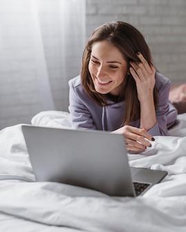 Vista frontale di bella donna sul computer portatile