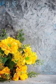 正面図白い表面に美しい黄色い花