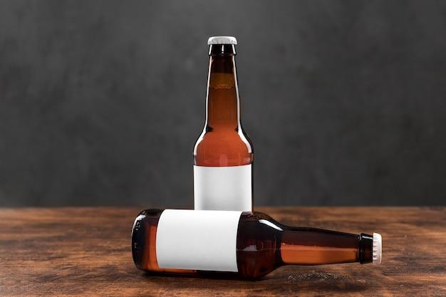 テーブルの上の空白のステッカーと正面のビール瓶