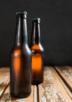 Vista frontale delle bottiglie di vetro di birra