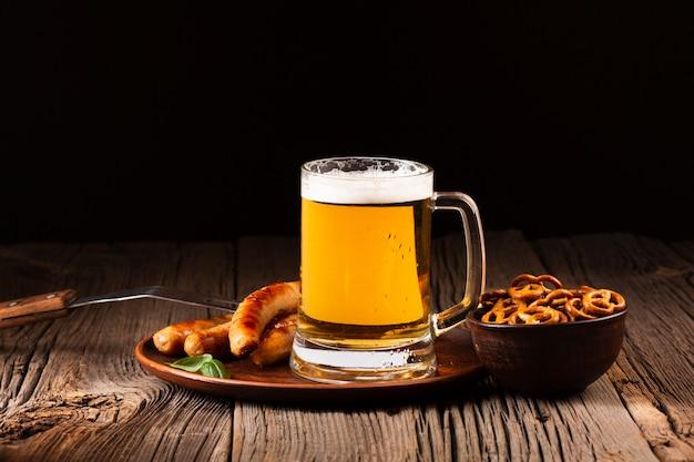 Вид спереди кружка пива с колбасой