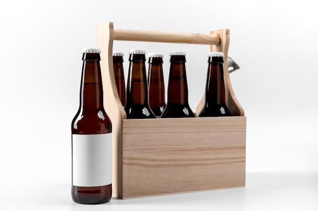 Вид спереди пива в деревянном ящике