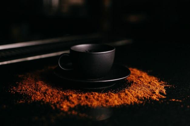 粉チョコ床に正面黒カップ