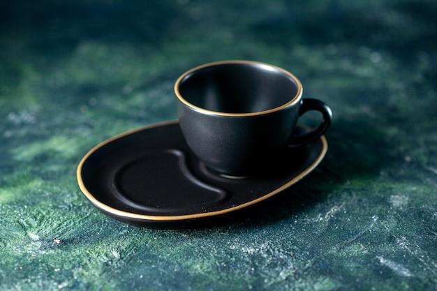 Vista frontale tazza vuota nera su sfondo blu scuro
