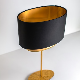 Una lampada frontale color oro nero progettata decorata squisita sullo sfondo bianco
