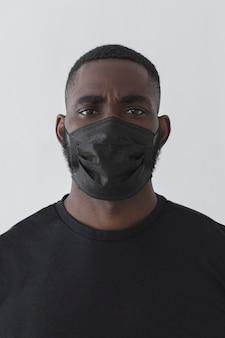 Persona di colore di vista frontale che indossa la maschera
