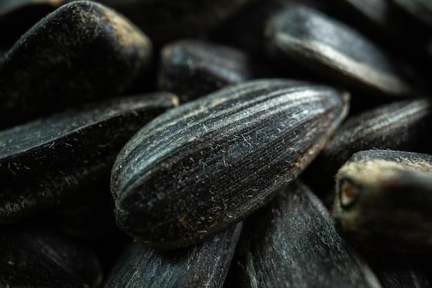 Vista frontale semi di girasole neri molti olio per film snack