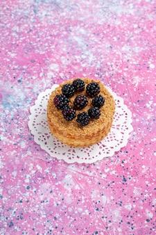 Вид спереди ежевичный торт маленький фруктовый торт на светло-розовом фоне.