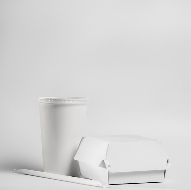Пустой бургер и пакет напитков, вид спереди