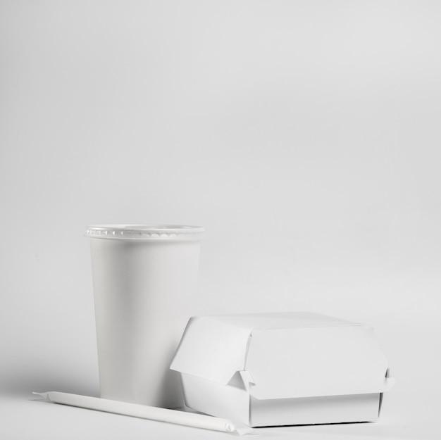 Pacchetto di hamburger e bevande in bianco di vista frontale