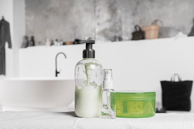 Vista frontale dei contenitori di prodotti cosmetici vuoti in bagno