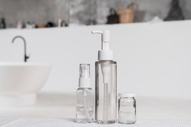 Vista frontale della confezione del prodotto cosmetico vuoto in bagno