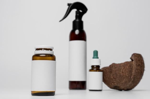 Vista frontale dei contenitori di prodotti cosmetici in bianco con cocco