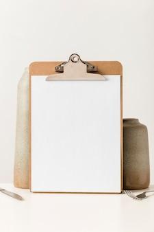 Vista frontale del menu vuoto con posate e vaso
