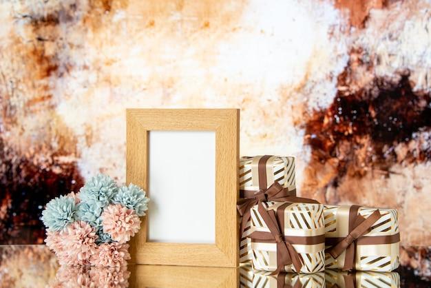 正面図空白の額縁休日はベージュの抽象的な背景に分離された花を提示します。