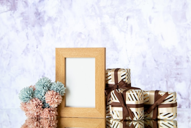 La vacanza con cornice vuota vista frontale presenta fiori su sfondo chiaro