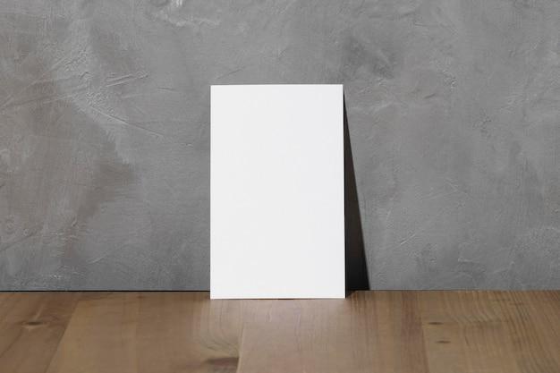 Vista frontale del libro bianco in bianco con lo spazio della copia
