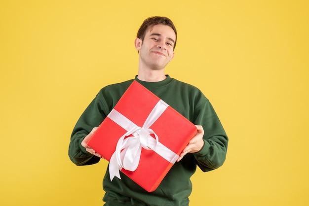 노란색에 녹색 스웨터 서 전면보기 축복받은 사람