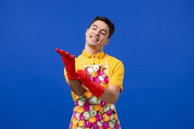 Vista frontale uomo felice che indossa guanti di scarico