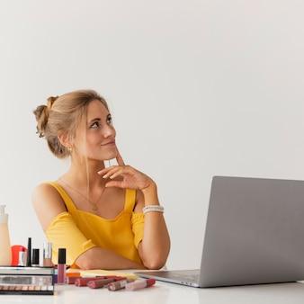 Вид спереди блоггер думает о новых идеях