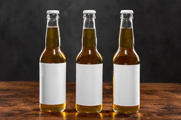 空白のラベルが付いている正面図金髪のビール瓶