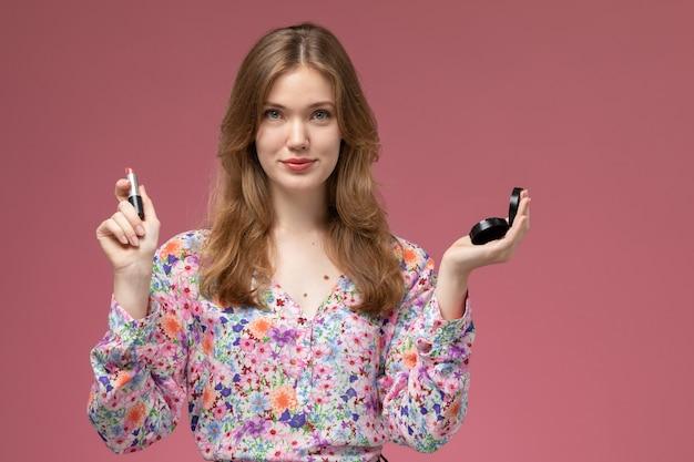 Signora bionda vista frontale in posa con il suo rossetto e mini specchio