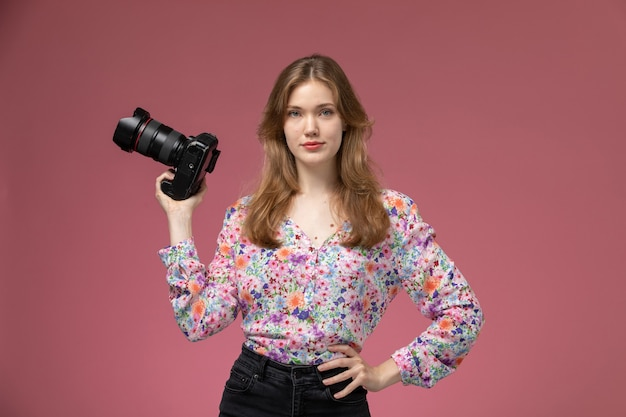 Front view blonde lady with her photocamera on her right hand Free Photo