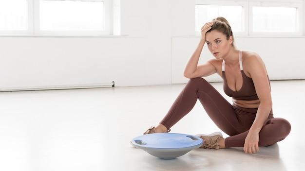 Vista frontale della donna bionda che prende una pausa