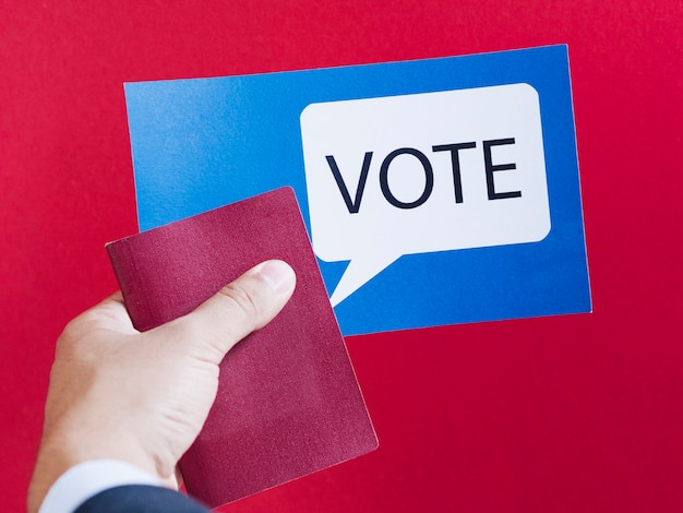 Синяя карточка с голосовым речевым пузырем на красном фоне