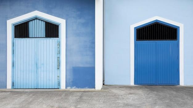 Vista frontale casa blu con porta blu