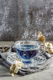 Vista frontale del concetto blu del tè con lo spazio della copia