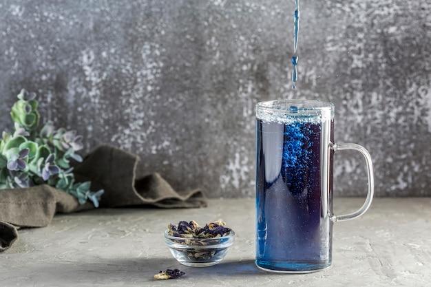 Vista frontale del concetto del tè blu