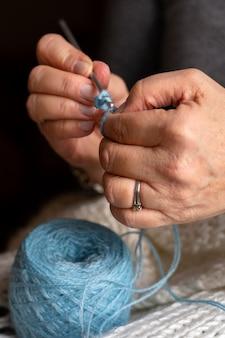 뜨개질에 대한 전면보기 파란색 스레드
