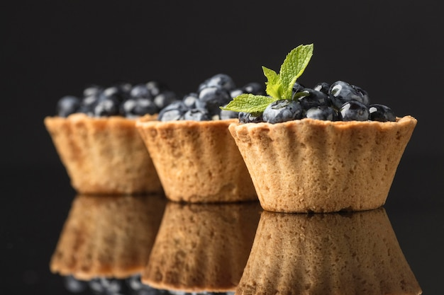 Vista frontale di dessert ai mirtilli con menta