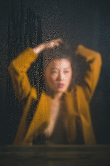 アジアの女性の正面ぼやけて私室ショット