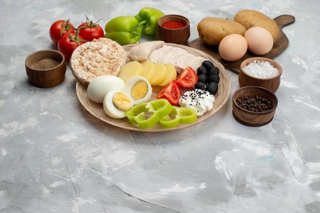 正面図ライトデスク野菜食品食事にオリーブの胸肉とトマトとゆで卵