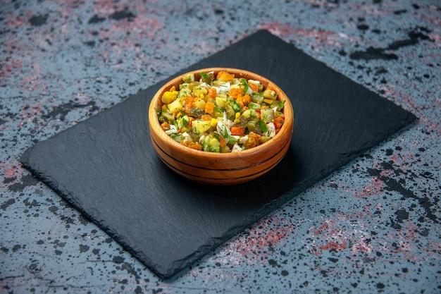 Vista frontale insalata di verdure bollite su sfondo blu