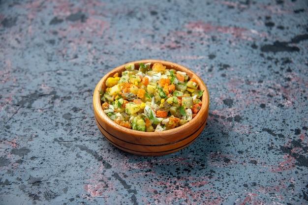 Вид спереди салат из вареных овощей внутри тарелки на синем фоне