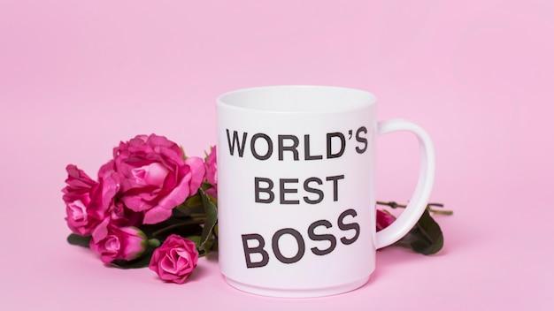 Ассортимент дня босса вид спереди на розовом фоне