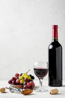 Вид спереди на бутылку вина из органического винограда