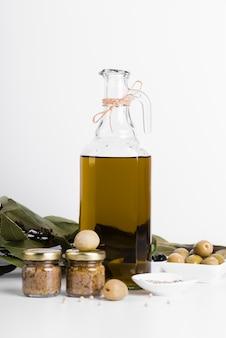 Bottiglia di olio d'oliva naturale vista frontale