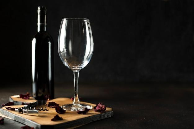 레드 와인의 전면 보기 병 및 나무에 빈 한 잔