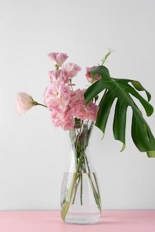 Vista frontale del mazzo di fiori in vaso
