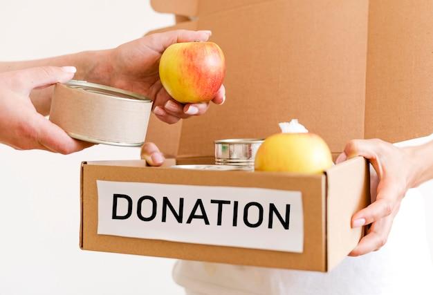 Vista frontale della scatola in preparazione con cibo per beneficenza