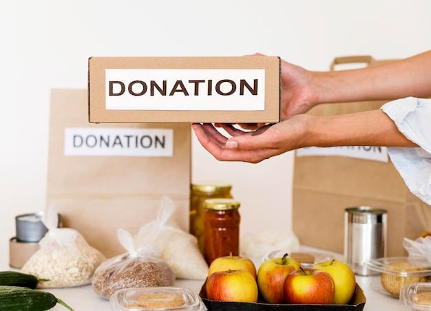 Vista frontale della scatola con cibo donato