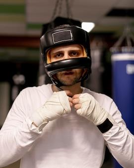 Vista frontale del pugile con il casco