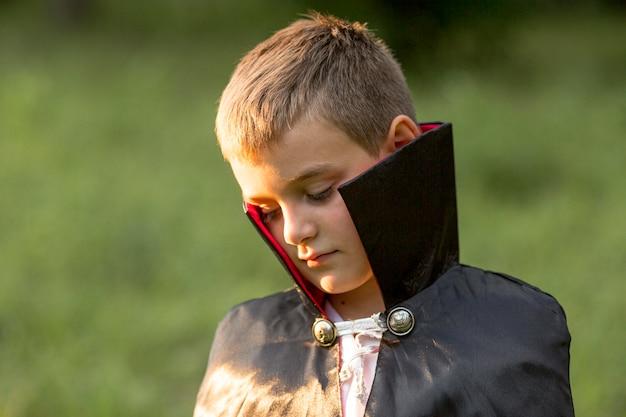 Vista frontale del ragazzo nel concetto di costume di dracula